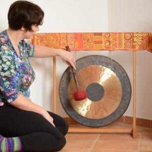 Annette Rentema schlägt den Tam Tam Gong an