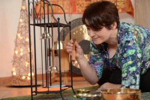 Annette Rentema klingt achtsam eine Zen-Glocke