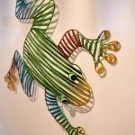 Ein bunter Deko-Frosch ziert eine Wand.