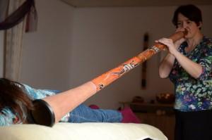 Annette Rentema bespielt jemanden mit dem Didgeridoo
