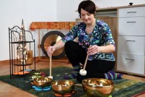 Annette Rentema bei der Klangreise mit tibetischen Klangschalen