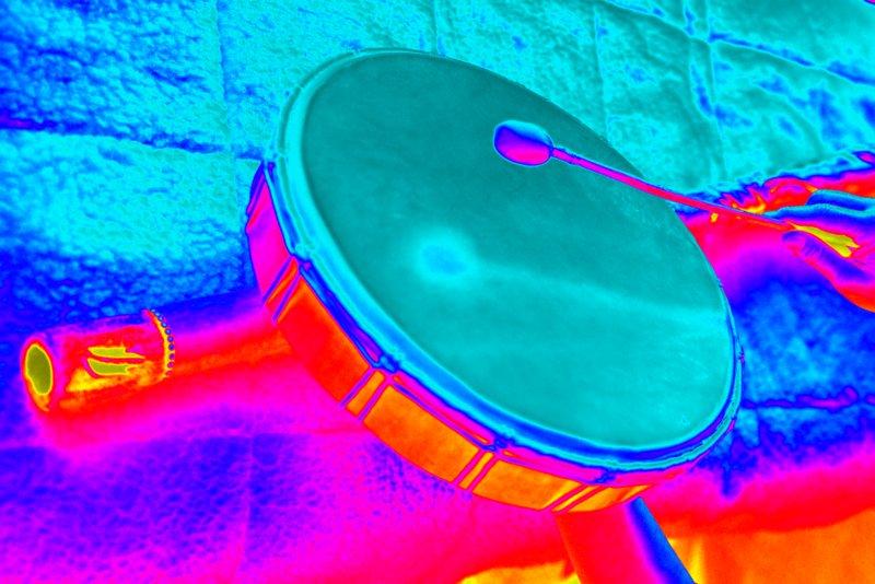 Schamanentrommel und Didgeridoo sind künstlerisch farblich verändert.