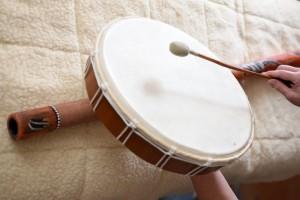 Schamanentrommel und Didgeridoo sind mit die ältesten Instrumente der Menschheit. Das Bild ist in antikem Stil gehalten.